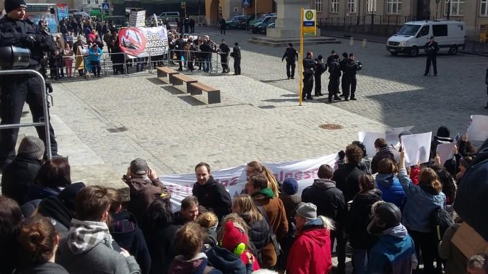 Die Demonstranten gegen einen Moscheebau in Regensburg treffen auf doppelt so viele Gegendemonstranten