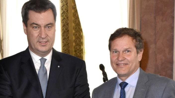 Markus Söder und Hermann Imhof bei der Aushändigung der Ernennungsurkunden des neuen bayerischen Kab