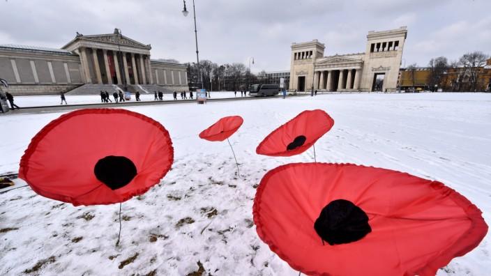 Kunstaktion in München: Der Künstler Walter Kühn will mehrere Tausend rote Mohnblumen auf dem Königsplatz aufststellen.