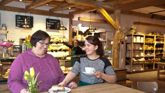Zehmerhof in Pliening: Andrea Huber und Anna Wagner im Café des Zehmerhofs.