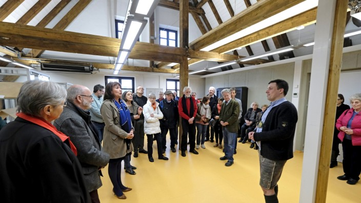 Exklusiver Einblick: Geschichtsinteressierte unter sich: Archivar Simon Kalleder (rechts, vor der Säule) im Gespräch mit Mitgliedern des Historischen Vereins.