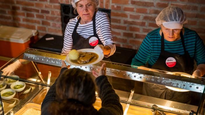 Armutsrisiko in Nürnberg: Bei der Vesperkirche in Nürnberg wird Essen an Bedürftige vergeben.
