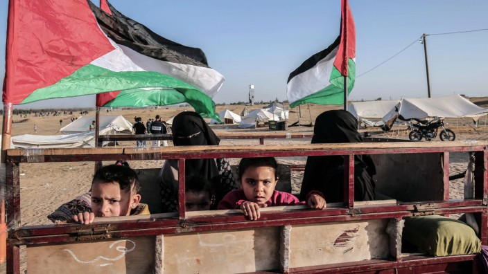 Nahost: Schlechte Aussichten für Kinder: Palästinenser vor einem Protestcamp an der Grenze zwischen Israel und dem Gazastreifen östlich von Rafah.