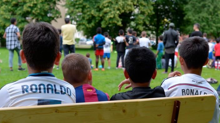 """Fußballturnier Parkstadt Schwabing, Im Bild:  Kinder bei einer Fußballaktion der GEWOFAG in Ramersdorf, dem """"Pertisau-Pokal"""" 2015 (Foto: GEWOFAG)."""
