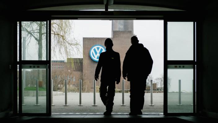Zwei Arbeiter von VW am Wolfsburger Werk - der Konzern soll 2018 umgebaut und neu strukturiert werden.