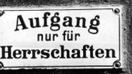 aufgang nur für herrschaften klingelschild an einem haus in berlin um 1900
