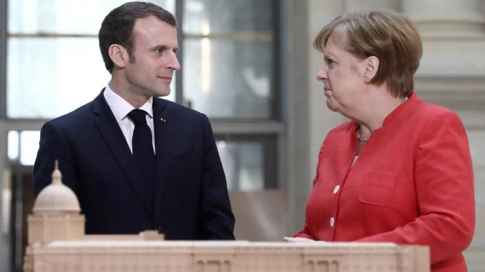 Merkel und Macron: Merkel und Macron wollen den Euro krisenfest machen. Die Frage ist nur: wie?