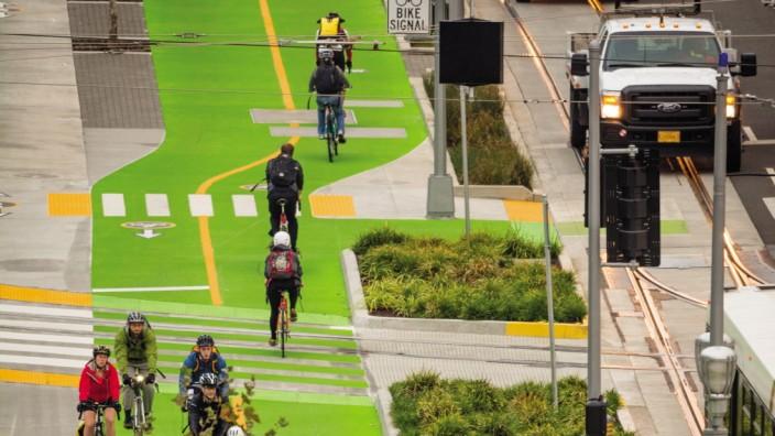 Verkehr in den Städten: Nachdem in Portland, Oregon, die Radspuren verbreitert und durch Signalfarben hervorgehoben wurden, versiebenfachte sich der Radverkehr.