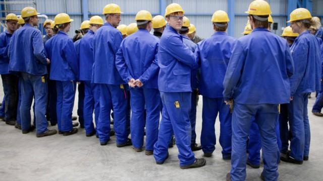 Arbeiter auf der Meyer Werft in Papenburg Workers at Meyer Shipyard in Papenburg Germany 13 08