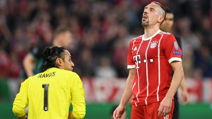 FC Bayern: Keylor Navas (links) pariert, Franck Ribéry ist enttäuscht.