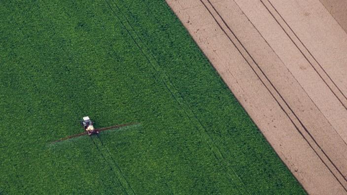Landwirt versprüht Pflanzenschutzmittel