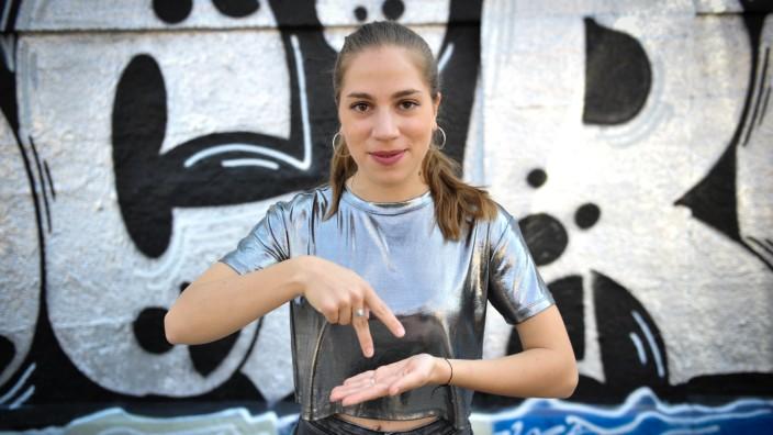 Tanzen für Gehörlose und Hörende geht in der Nikita Dance Crew, mit dabei: Elisabeth Brichta.