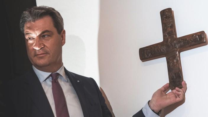 Bayerns Ministerpräsident Markus Söder hängt 2018 im Eingangsbereich der Staatskanzlei ein Kreuz auf.