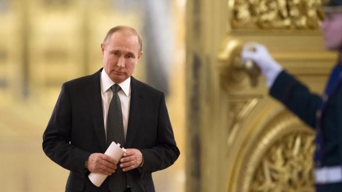 Vierte Amtszeit: Putin betritt den Andreassaal im Kreml, wo einst schon die Zaren gekrönt wurden; Foto von Anfang April.