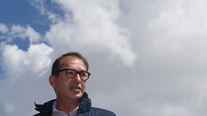 """Migrationspolitik: Äußerungen wie die über eine """"Anti-Abschiebe-Industrie"""" äußert Alexander Dobrindt (CSU) nicht ohne Bedacht."""