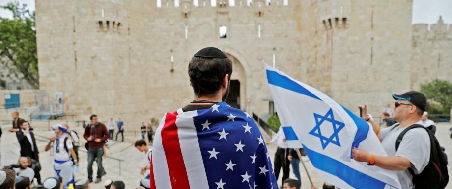 Ein Israeli hüllt sich in Jerusalems Altstadt in eine US-Flagge.