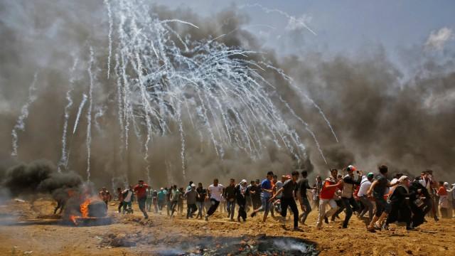 Nahost: Seit dem Gazakrieg floss nicht mehr so viel Blut: An der Grenze zwischen Israel und Gazastreifen flüchten Palästinenser vor Tränengas.