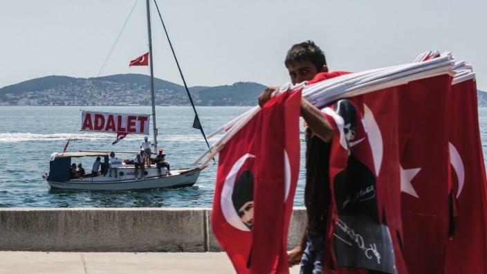 """Überwachung: Das Ende eines 450 Kilometer langen Protestmarsches zwischen Ankara und Istanbul im Juni 2017. """"Adalet"""" bedeutet auf Deutsch """"Gerechtigkeit""""."""