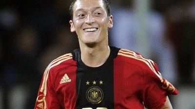 Sport kompakt: Mesut Özil (20) krönte sein gutes Länderspieldebüt gegen Südafrika (2:0) mit einem Treffer.