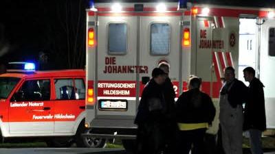Familiendrama bei Hildesheim: Rettungskräfte in Hornsen: Bei einem Familiendrama in dem Orsteil sind drei Menschen ums Leben gekommen.