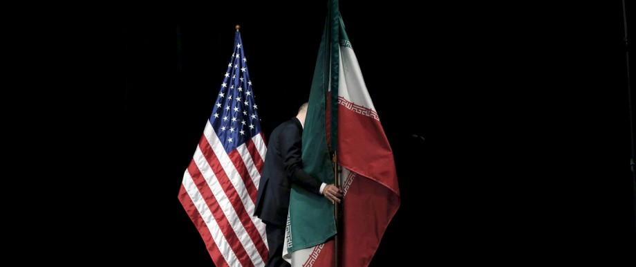 In Wien standen vor drei Jahren die Flaggen der USA und des Iran während der Verhandlungen zum Atomabkommen noch nebeneinander auf einer Bühne. Dann wurden sie abgeräumt, genau wie das Abkommen selbst von den USA nun auch.
