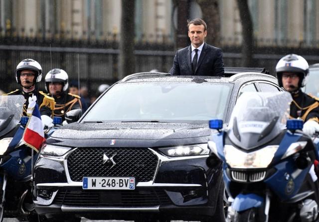 Emmanuel Macron im Citroen DS7 Crossback nach seiner Amtseinführung