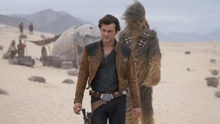 Solo: A Star Wars Story - Alden Ehrenreich spielt den berühmten Weltraum-Schmuggler, Chewbacca ist stets an seiner Seite.