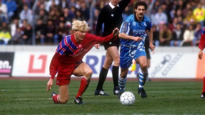 Steran Effenberg FC Bayern München gegen Alois Schwartz Stuttgarter Kickers dahinter Schiedsric; Stuttgarter Kickers im Jahre 1992
