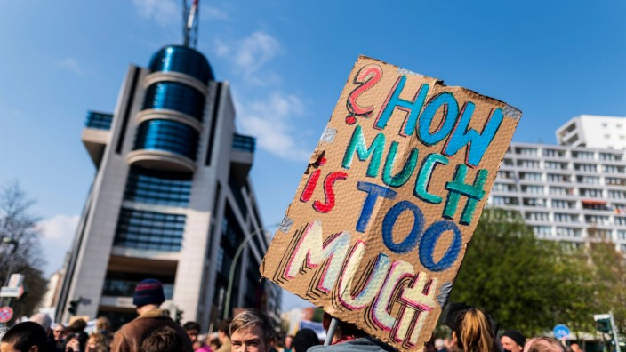 Deutschland Berlin 14 04 2018 How much is too much steht auf einem Schild eines Demonstranten w