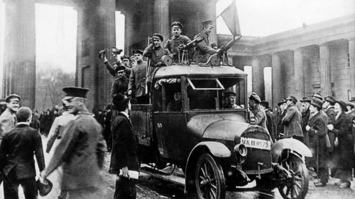Revolutionäre Soldaten am Brandenburger Tor in Berlin, 1918