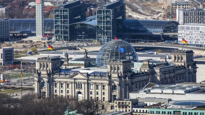 Blick über Berlin Tiergarten nach Nordwest Regierungsviertel Reichstag Hauptbahnhof