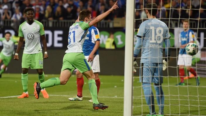 Bundesliga-Relegation 2018: Robin Knoche vom VfL Wolfsburg erzielt das 1:0 im Rückspiel gegen Holstein Kiel.