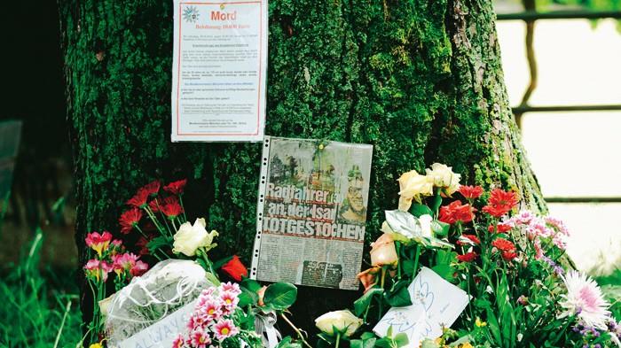 """Fünf Jahre nach dem """"Isar-Mord"""": Noch lange Zeit nach dem Mord legten viele Münchner Blumen am Tatort ab. Auf den wiederholten Wunsch von Angehörigen und Freunden beriet eine Arbeitsgruppe im Münchner Rathaus über die Schaffung einer Gedenktafel - lehnte aber schließlich ab."""
