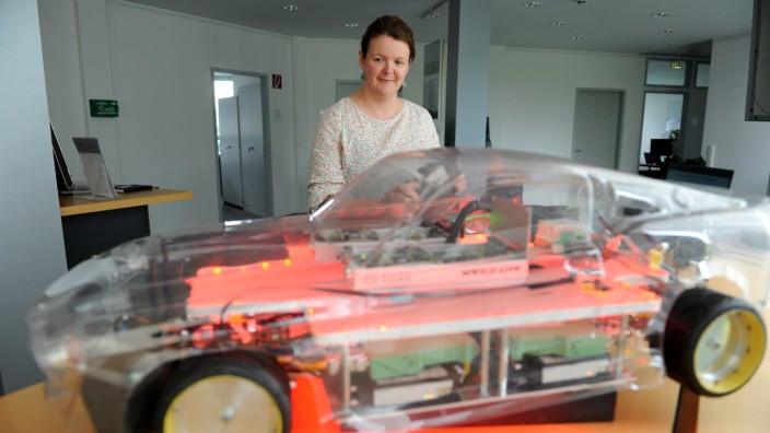 Dominique Seydel vom Fraunhofer-Institut arbeitet an der Software für die Steuerung des neuen Elektroautos.