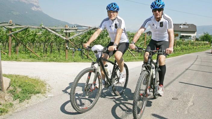Bundestrainer Joachim Löw und DFB-Chefscout Urs Siegenthaler 2010 im Trainingslager der Deutschen Nationalmannschaft in Südtirol.