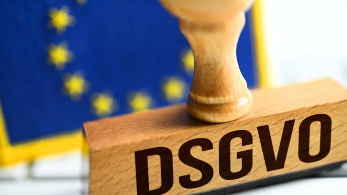 Stempel mit der Aufschrift DSGVO mit EU Fahne Symbolfoto Datenschutz Grundverordnung *** Stamp with