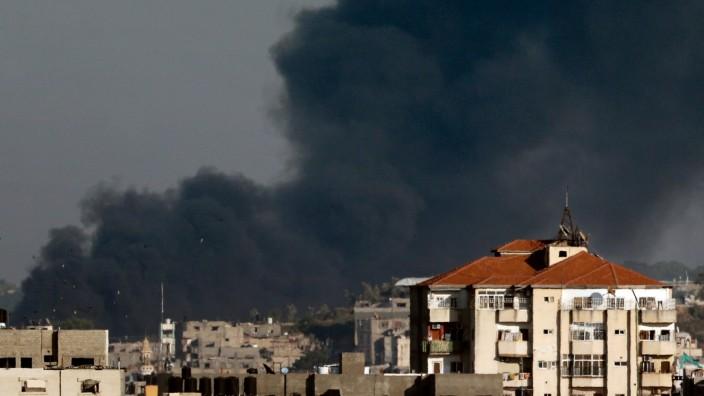 """Rauchwolken über Gaza-Stadt: Nach Angriffen der radikalislamischen Gruppen """"Hamas"""" und """"Islamischer Dschihad"""" bombardierte Israel Ziele im Gazastreifen."""