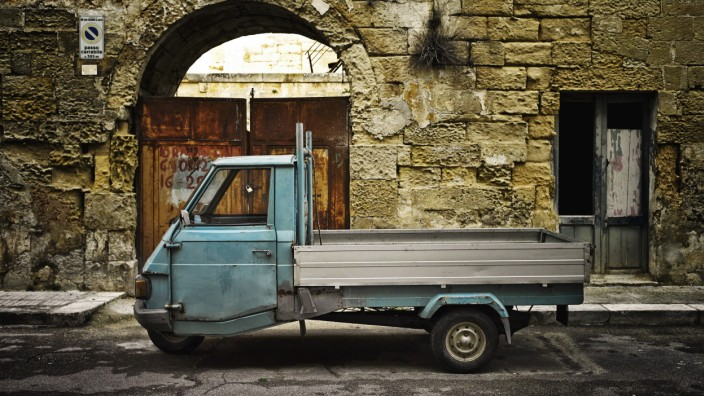 Italy Apulia Leccei parking Piaggio Ape in front of house facade PUBLICATIONxINxGERxSUIxAUTxHUNxO