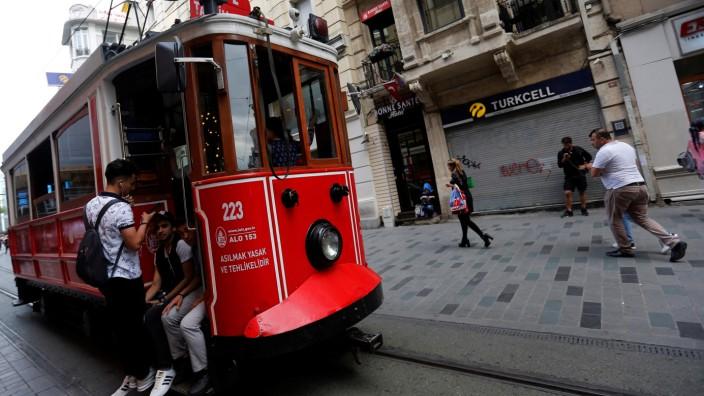 Auch Straßenbahnen fahren durch Istanbul. Hier im Bild eine historische Tram-Bahn im Stadtzentrum.