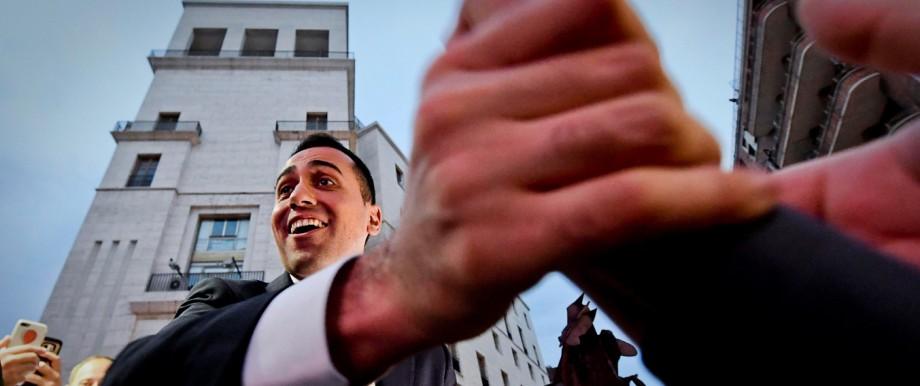 Italien: Italiens neuer Superminister Luigi Di Maio sichtlich euphorisiert mit Unterstützern in Neapel.