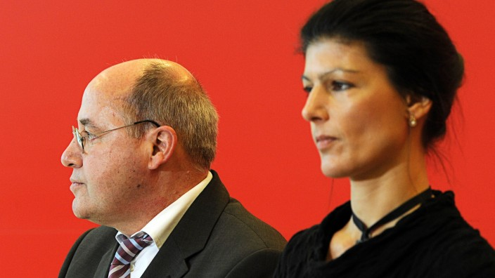 """Gregor Gysi und Sarah Wagenknecht bei einer Pressekonferenz der Partei """"Die Linke"""" 2012 in Berlin."""