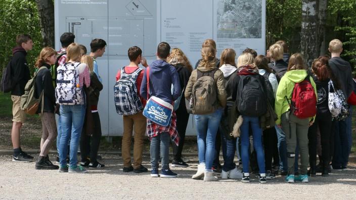 Bayerischer Landtag: Jeder Schüler soll ein ehemaliges Konzentrationslager besuchen.