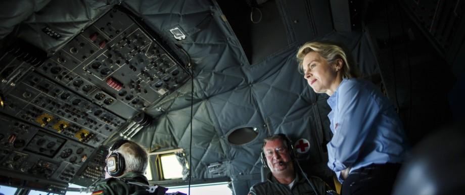 Ursula von der Leyen CDU Bundesverteidigungsministerin steht im Cockpit einer C160 Transall der B