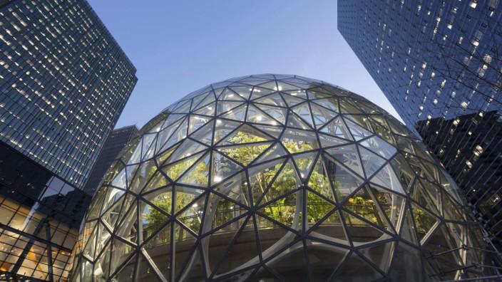 October 31 2017 Seattle Washington United States Seattle Washington The Amazon Spheres unde