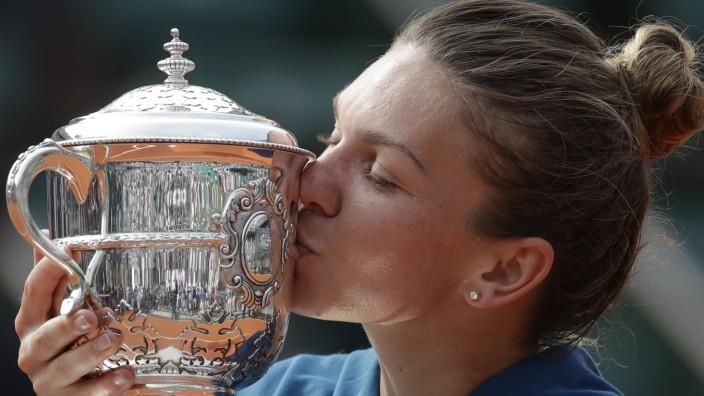 Paris-Siegerin Simona Halep: Inniges Verhältnis zum Siegerpokal der French Open: Simona Halep.