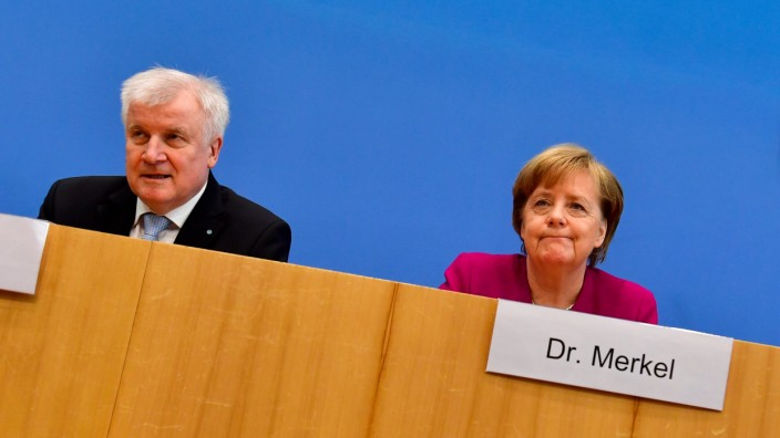 Flüchtlingspolitik: Streiten über Flüchtlingspolitik: Horst Seehofer und Angela Merkel.