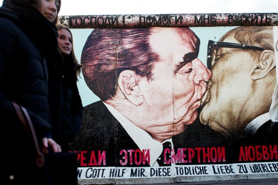 Bruderkuss zwischen Leonid Breschnew und Erich Honecker auf der Berliner Mauer