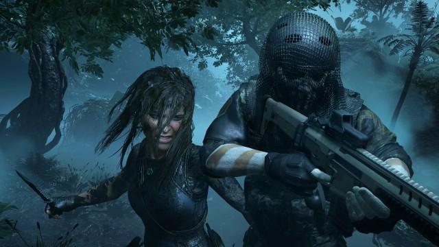 Lara Croft nähert sich mit einem Buschmesser einem vermummten Soldaten.