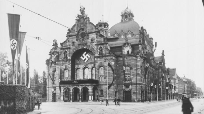 """Nürnberg: Einmal pro Jahr, wie hier 1937, stand das Nürnberger Opernhaus im reichsweiten Fokus als fester Bestandteil der Reichsparteitagsdramaturgie. Hitler verfolgte dort in der """"Führerloge"""" die """"Meistersinger von Nürnberg""""."""