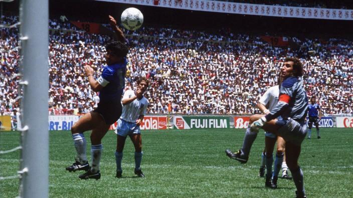 """Jochen Hörischs neues Buch """"Hände - eine Kulturgeschichte"""": Die """"Hand Gottes"""": Diego Maradona erzielt - regelwidrig, aber ungeahndet - im WM-Viertelfinale 1986 gegen England mit Hilfe seiner Hand das zwischenzeitliche 1:0 für Argentinien."""